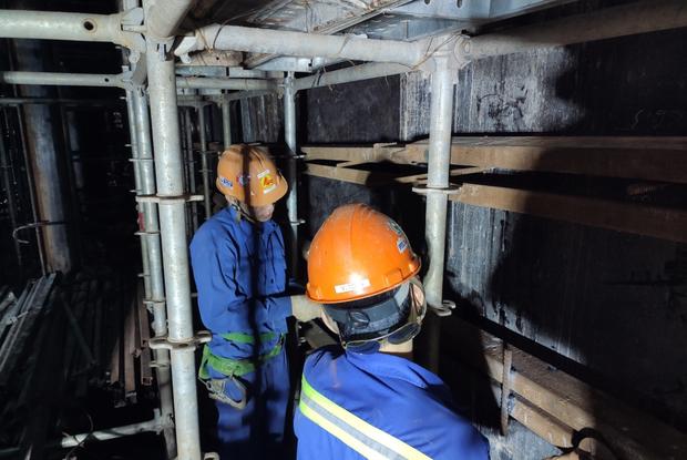 Cận cảnh 800 công nhân đang làm việc xuyên ngày đêm để sớm hoàn thành nhà ga ngầm lớn nhất tuyến metro Sài Gòn - Ảnh 5.