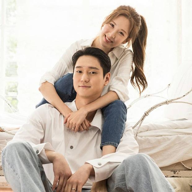 6 cảnh hậu trường ngọt lụi tim của Seohyun - Go Kyung Pyo: Cứ nghĩ tới màn hôn ép tường mà khoái á! - Ảnh 3.