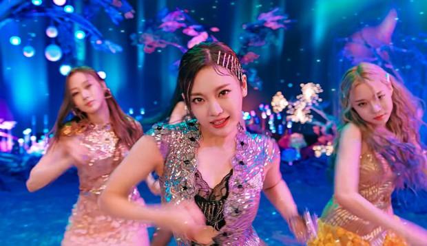 Soi nhan sắc aespa trong MV debut: Center thị phi lệch chuẩn nhà SM, bản sao Bích Phương cực xinh, 2 mỹ nhân còn lại như làm nền - Ảnh 10.