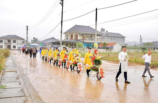 Chú rể đem 7 xe rùa đến rước dâu khiến nhà gái cười như được mùa, người đi đường vén áo mưa chụp vội - Ảnh 2.