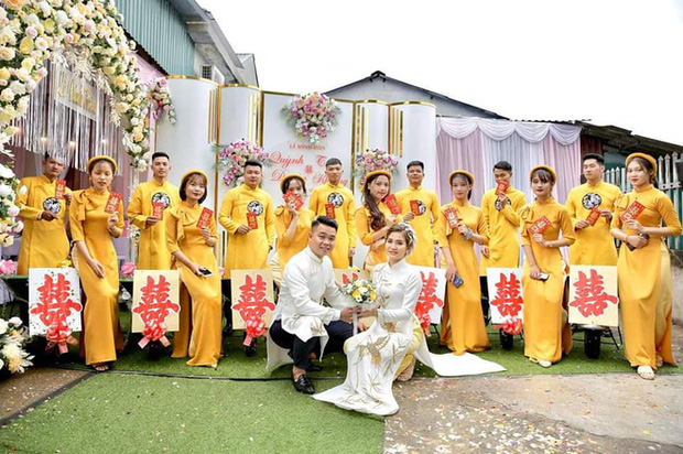 Chú rể đem 7 xe rùa đến rước dâu khiến nhà gái cười như được mùa, người đi đường vén áo mưa chụp vội - Ảnh 4.