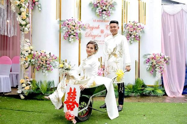 Chú rể đem 7 xe rùa đến rước dâu khiến nhà gái cười như được mùa, người đi đường vén áo mưa chụp vội - Ảnh 6.