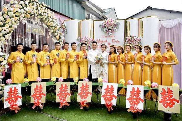 Chú rể đem 7 xe rùa đến rước dâu khiến nhà gái cười như được mùa, người đi đường vén áo mưa chụp vội - Ảnh 7.