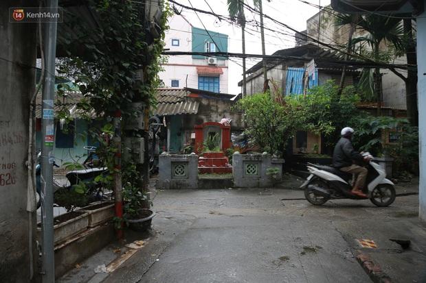 Cận cảnh nghĩa địa trong phố Hà Nội: Nơi người dân vẫn vô tư ăn uống, vui chơi bên cạnh mộ người chết - Ảnh 2.