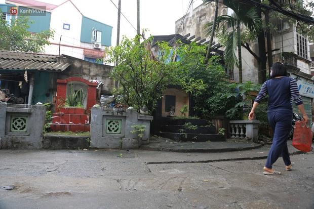 Cận cảnh nghĩa địa trong phố Hà Nội: Nơi người dân vẫn vô tư ăn uống, vui chơi bên cạnh mộ người chết - Ảnh 10.