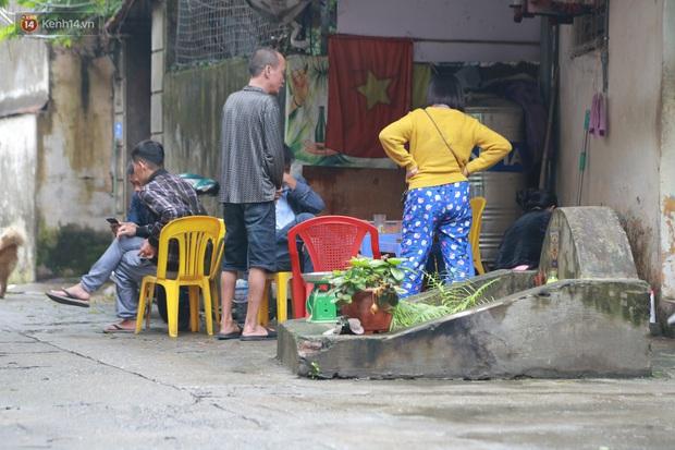 Cận cảnh nghĩa địa trong phố Hà Nội: Nơi người dân vẫn vô tư ăn uống, vui chơi bên cạnh mộ người chết - Ảnh 7.
