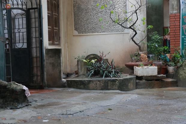 Cận cảnh nghĩa địa trong phố Hà Nội: Nơi người dân vẫn vô tư ăn uống, vui chơi bên cạnh mộ người chết - Ảnh 3.