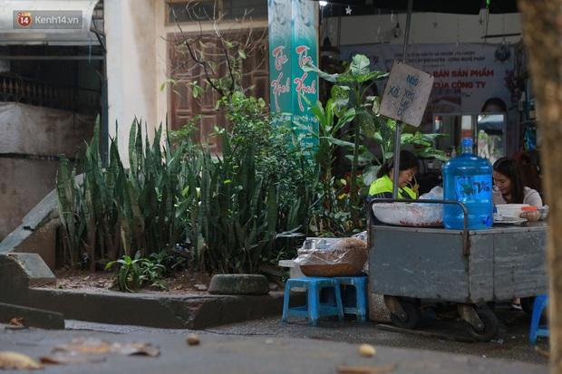 Cận cảnh nghĩa địa trong phố Hà Nội: Nơi người dân vẫn vô tư ăn uống, vui chơi bên cạnh mộ người chết - Ảnh 6.