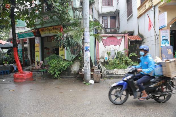 Cận cảnh nghĩa địa trong phố Hà Nội: Nơi người dân vẫn vô tư ăn uống, vui chơi bên cạnh mộ người chết - Ảnh 5.