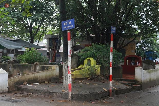 Cận cảnh nghĩa địa trong phố Hà Nội: Nơi người dân vẫn vô tư ăn uống, vui chơi bên cạnh mộ người chết - Ảnh 1.