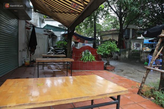 Cận cảnh nghĩa địa trong phố Hà Nội: Nơi người dân vẫn vô tư ăn uống, vui chơi bên cạnh mộ người chết - Ảnh 8.