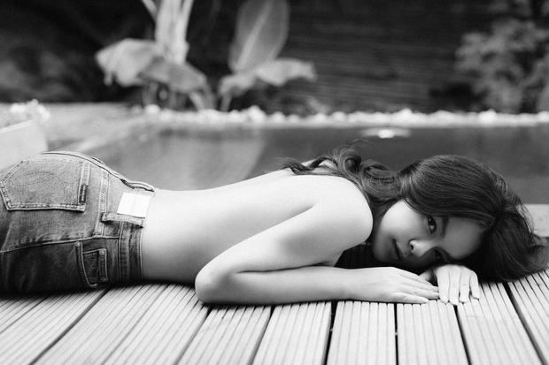 Phạm Quỳnh Anh khiến dân tình chết ngất với bộ ảnh bán nude: Lưng trần nõn nà, hot nhất khoảnh khắc vòng 1 lấp ló - Ảnh 4.