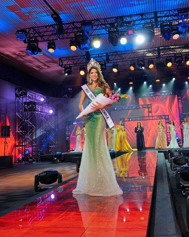 Cô gái từng đùng đùng trả lại vương miện Á hậu chỉ sau 4 ngày 2 năm trước bất ngờ đăng quang Hoa hậu Hoàn vũ Colombia 2020 gây tranh cãi lớn - Ảnh 1.