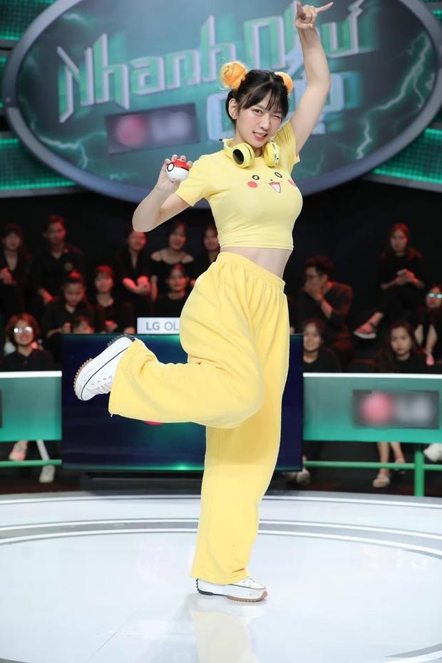 Chuyện hài nhất hôm nay: Hot girl TikTok Lê Bống diện đồ nhạy cảm lên sóng truyền hình, bị chỉ trích lại thanh minh: Không biết trông sẽ phản cảm - Ảnh 2.