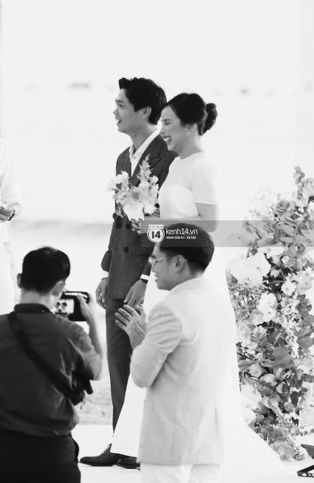 Bộ ảnh hôn lễ đẹp nức nở của Công Phượng - Viên Minh tại Phú Quốc: Nụ cười vỡ òa, cái nắm tay thật hơn bất cứ câu chuyện ngôn tình nào! - Ảnh 7.