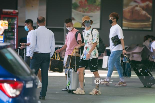 Hội cầu thủ ra sân bay đi siêu đám cưới: Hàng hiệu không thiếu, đáng chú ý là đồng hồ cả trăm triệu của Công Phượng và Văn Hậu - Ảnh 14.