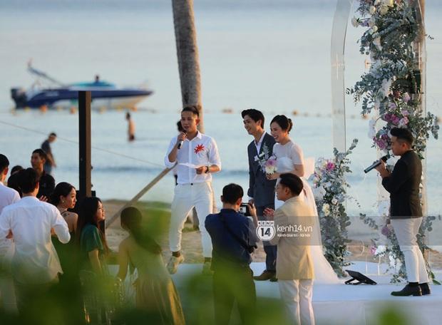Công Phượng - Viên Minh cười vui trong lễ cưới tại Phú Quốc: Cô dâu diện váy đơn giản vẫn cực xinh - Ảnh 2.