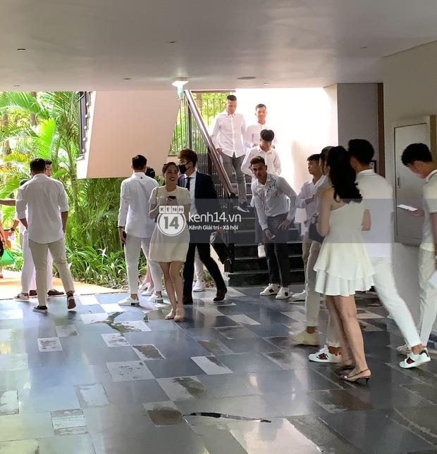 Hội bạn thân Công Phượng và dàn khách mời lên đồ tông trắng chuẩn dresscode, nhìn từ xa mà đẹp như tranh! - Ảnh 2.