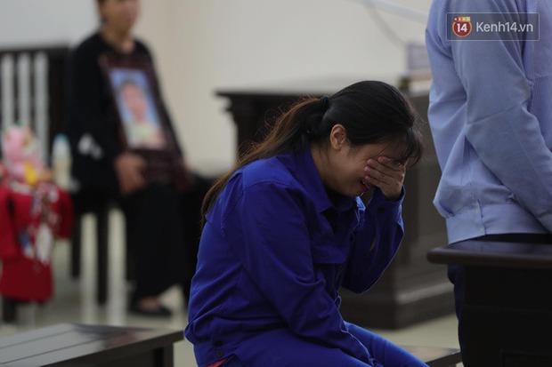 Xét xử vụ bé 3 tuổi bị mẹ ruột và bố dượng đánh đến tử vong: 2 bị cáo bật khóc, thay đổi lời khai, không thừa nhận bạo hành con - Ảnh 12.