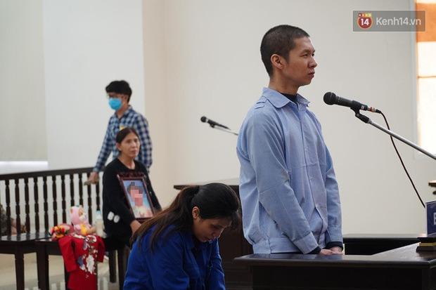 Xét xử vụ bé 3 tuổi bị mẹ ruột và bố dượng đánh đến tử vong: 2 bị cáo bật khóc, thay đổi lời khai, không thừa nhận bạo hành con - Ảnh 18.
