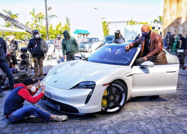 Đô vật The Rock được mời chụp cùng siêu xe cực sang để quảng bá cho phim mới, ai ngờ lại khiến các fan bật cười vì body quá bự - Ảnh 1.