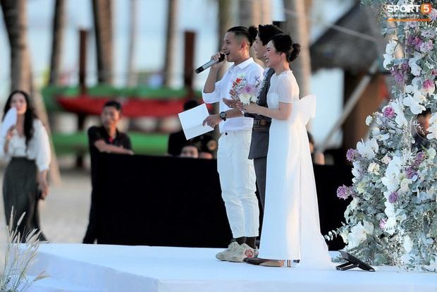 Công Phượng - Viên Minh cười vui trong lễ cưới tại Phú Quốc: Cô dâu diện váy đơn giản vẫn cực xinh - Ảnh 1.