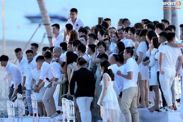 Công Phượng - Viên Minh cười vui trong lễ cưới tại Phú Quốc: Cô dâu diện váy đơn giản vẫn cực xinh - Ảnh 3.