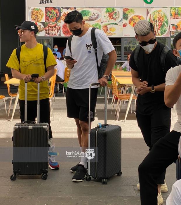 Hội cầu thủ ra sân bay đi siêu đám cưới: Hàng hiệu không thiếu, đáng chú ý là đồng hồ cả trăm triệu của Công Phượng và Văn Hậu - Ảnh 7.