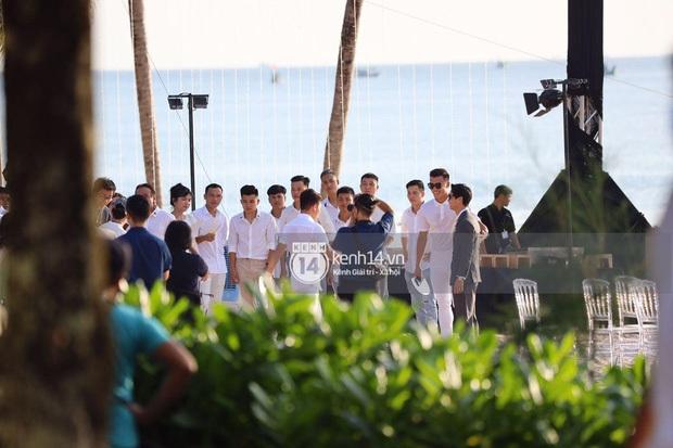 Party sau hôn lễ Công Phượng tại Phú Quốc: Dàn cầu thủ mặc quần hoa quẩy game cực lầy, cô dâu chú rể tấp nập tiếp rượu! - Ảnh 9.