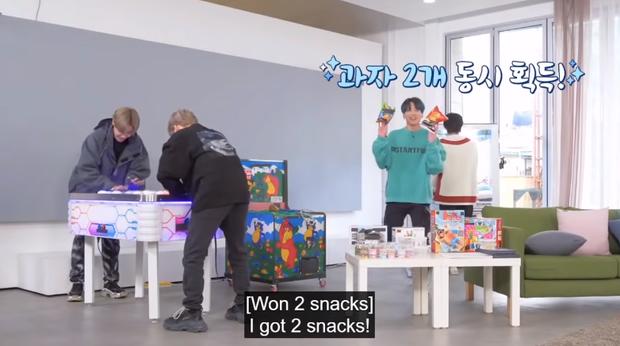 Khi Jungkook (BTS) thấy món tủ: phấn khích đến độ bay qua sofa như phim hành động để được chạm vào chân ái - Ảnh 4.