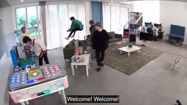 Khi Jungkook (BTS) thấy món tủ: phấn khích đến độ bay qua sofa như phim hành động để được chạm vào chân ái - Ảnh 8.