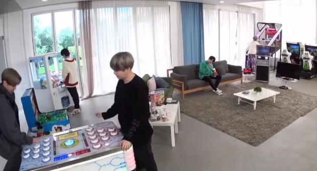 Khi Jungkook (BTS) thấy món tủ: phấn khích đến độ bay qua sofa như phim hành động để được chạm vào chân ái - Ảnh 6.