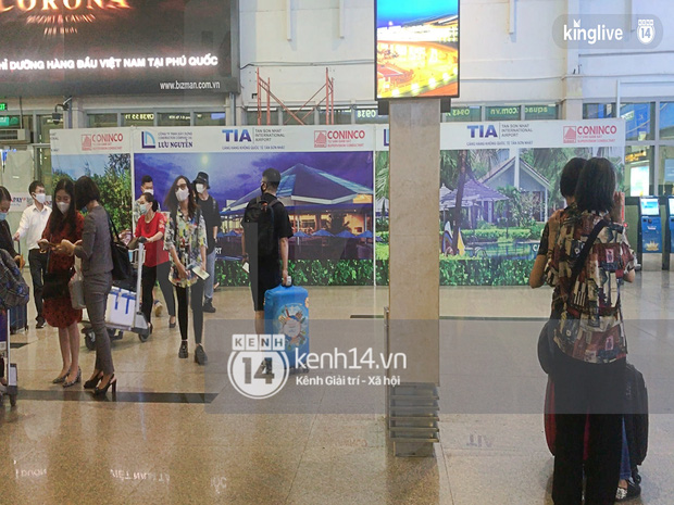 Công Phượng - Viên Minh tươi rói tại sân bay Phú Quốc, quân đoàn cầu thủ đã về tới khách sạn chuẩn bị cho hôn lễ - Ảnh 22.