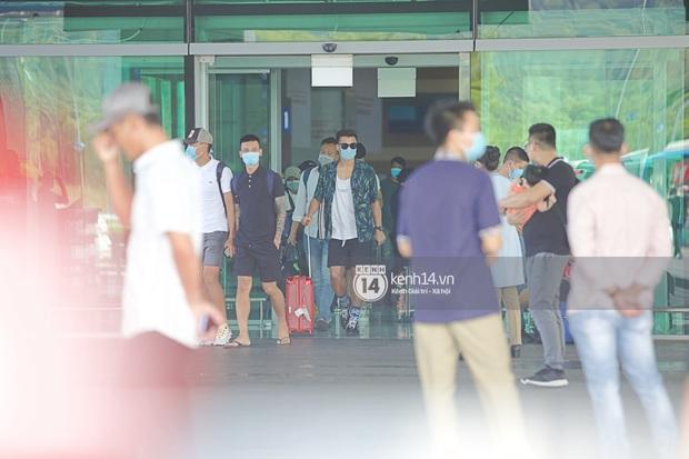 Công Phượng - Viên Minh tươi rói tại sân bay Phú Quốc, quân đoàn cầu thủ đã về tới khách sạn chuẩn bị cho hôn lễ - Ảnh 13.