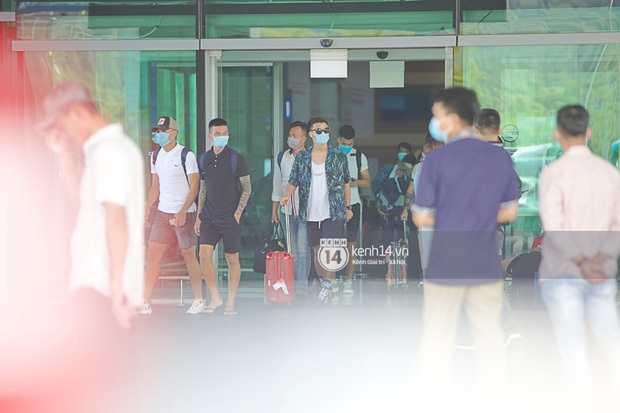 Công Phượng - Viên Minh tươi rói tại sân bay Phú Quốc, quân đoàn cầu thủ đã về tới khách sạn chuẩn bị cho hôn lễ - Ảnh 14.