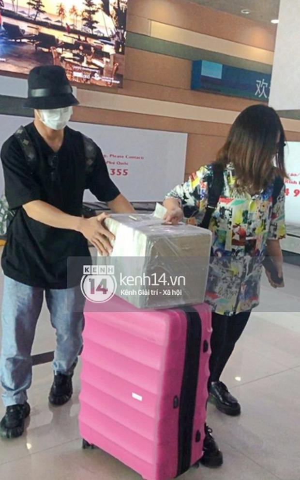 Công Phượng - Viên Minh tươi rói tại sân bay Phú Quốc, quân đoàn cầu thủ đã về tới khách sạn chuẩn bị cho hôn lễ - Ảnh 5.