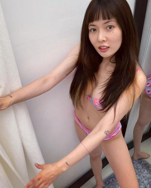 Hyuna gây sốc khi diện độc nội y chụp ảnh góc hiểm hóc, lộ body gầy trơ xương khác một trời một vực so với trước kia - Ảnh 3.