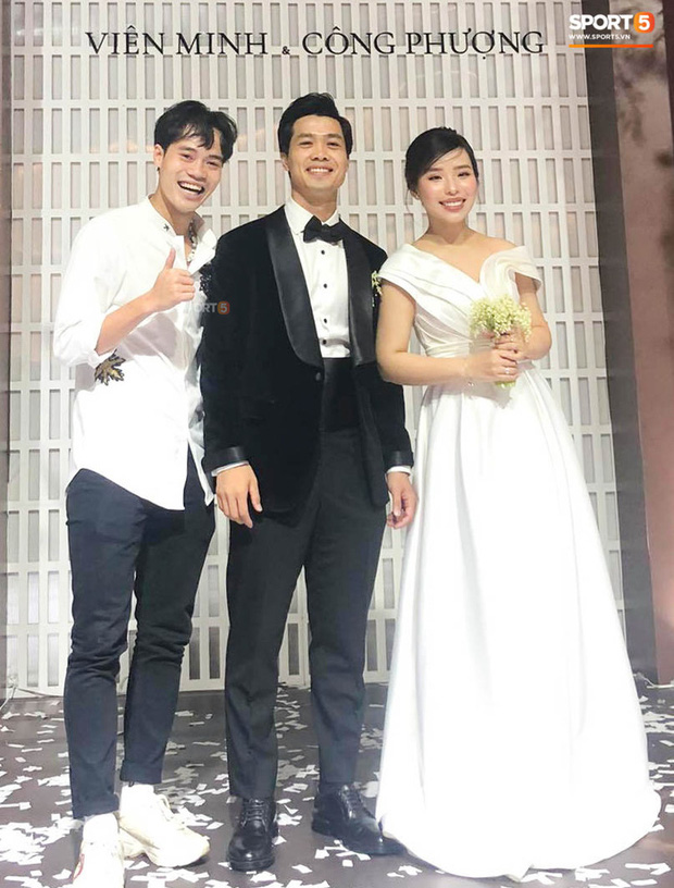 Hé lộ khoảnh khắc Viên Minh mải tung hoa cưới, ai dè hết Văn Toàn đến Hồng Duy quấn lấy chú rể Công Phượng sau lưng - Ảnh 5.