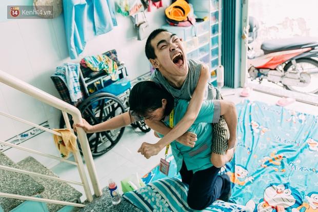 Nụ cười chua chát của mẹ: 2 đứa con trai lớn tồng ngồng vẫn như trẻ lên ba, người cha chê cảnh nghèo bỏ đi không một lời từ biệt - Ảnh 4.