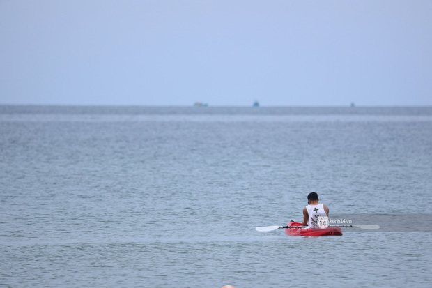 Bà hàng xóm livestream buổi sáng ý nghĩa của Dũng gôn: Chèo thuyền thật xa rồi nằm ườn khoe body, đã tính toán góc đẹp cả rồi ý! - Ảnh 10.