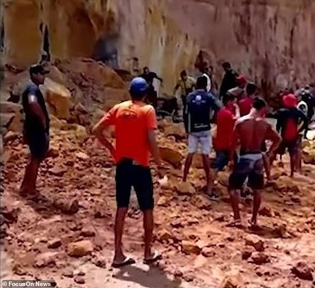 Đi nghỉ mát ở biển, cả gia đình 3 người chết thảm vì vách núi đổ sập xuống, tư thế của người mẹ khi tìm thấy xác khiến ai cũng đau xót - Ảnh 2.