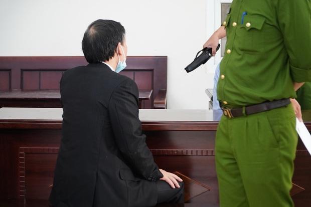 Vụ bạo hành con gái 3 tuổi tử vong: Con trai bị tuyên án tử, người bố chỉ biết lặng lẽ động viên con mạnh mẽ lên - Ảnh 1.