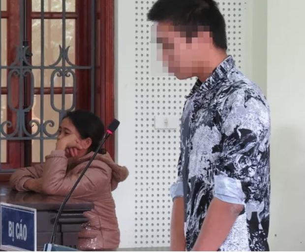 Vụ bé 5 tuổi bị trói 2 tay tử vong trong nhà hoang ở Nghệ An: Bị cáo bật khóc xin lỗi gia đình nạn nhân tại tòa, bị tuyên phạt 15 năm tù - Ảnh 1.