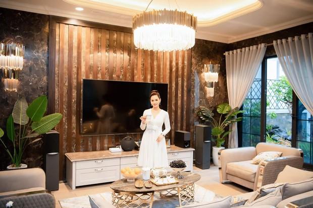 Mãn nhãn không gian biệt thự bạc tỷ của Lã Thanh Huyền: Rộng hàng trăm m2, sang như khách sạn, sân vườn chiếm spotlight - Ảnh 3.