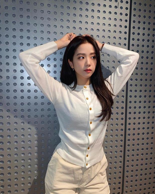 Đáng sắm nhất lúc này là áo len trắng vì có 10 cách diện trang nhã đẹp mê, nàng nào cũng áp dụng được - Ảnh 5.