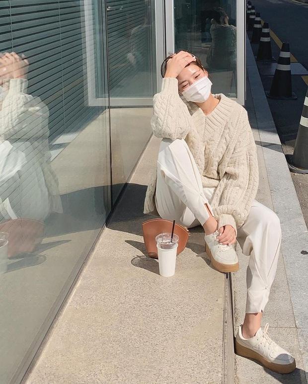 Đáng sắm nhất lúc này là áo len trắng vì có 10 cách diện trang nhã đẹp mê, nàng nào cũng áp dụng được - Ảnh 8.