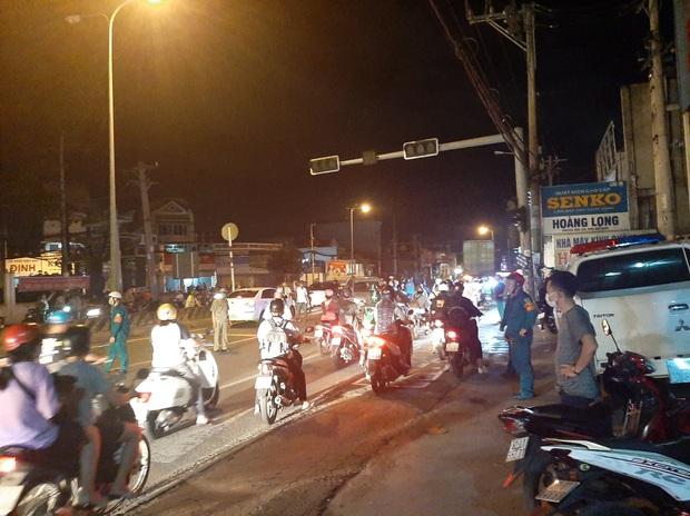 TP.HCM: Ô tô tông cả chục xe máy đang dừng đèn đỏ, nhiều người bị thương nằm la liệt trên đường - Ảnh 4.