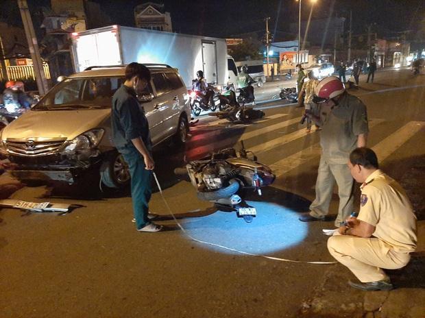 TP.HCM: Ô tô tông cả chục xe máy đang dừng đèn đỏ, nhiều người bị thương nằm la liệt trên đường - Ảnh 2.