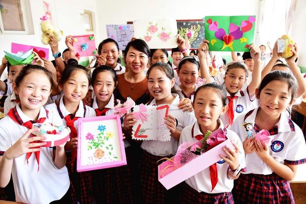 Học sinh các nước tặng quà gì cho thầy cô trong ngày Nhà giáo: Nga chỉ tặng hoa trắng, xem đến Hàn Quốc giật mình vì quá khác biệt - Ảnh 1.