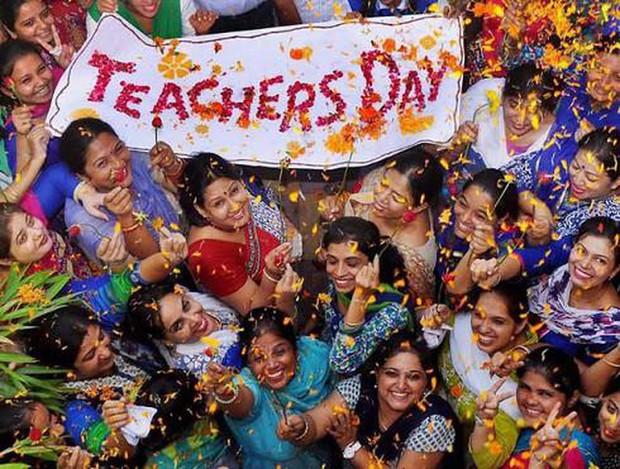 Học sinh các nước tặng quà gì cho thầy cô trong ngày Nhà giáo: Nga chỉ tặng hoa trắng, xem đến Hàn Quốc giật mình vì quá khác biệt - Ảnh 2.